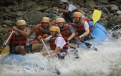 6 people White water rafting